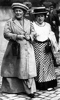 clara_zetkin_left_with_rosa_luxemborg_in_berlin_c1910