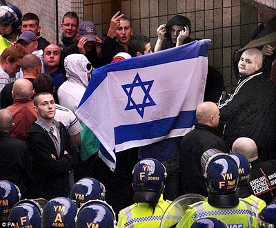 edl_demonstrators_with_israeli_flag